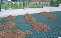 Полагане на пластмасови елементи за градина