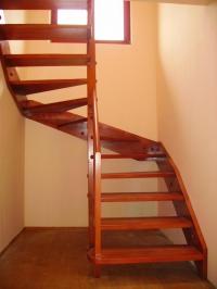 Дървена вътрешна стълба