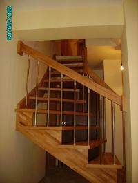 Вътрешна дървена стълба