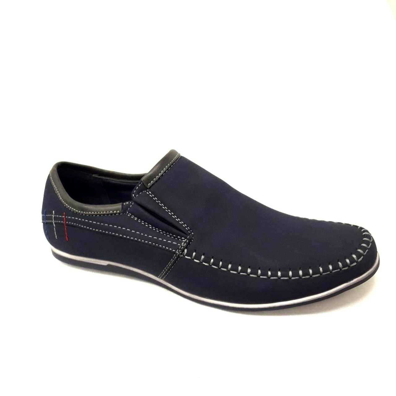 Сини мъжки кожени обувки без връзки.