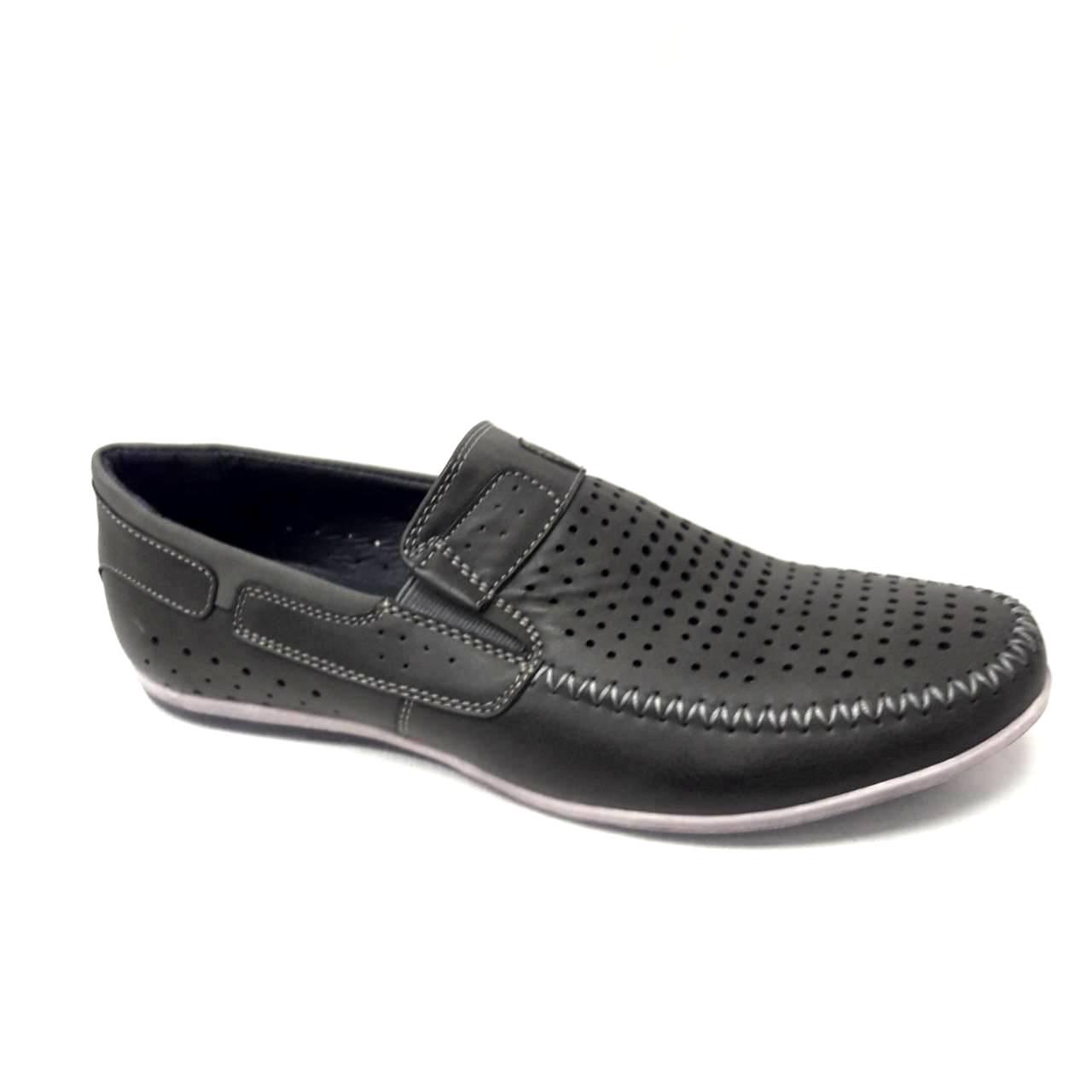 Сиви мъжки кожени обувки на дупки.