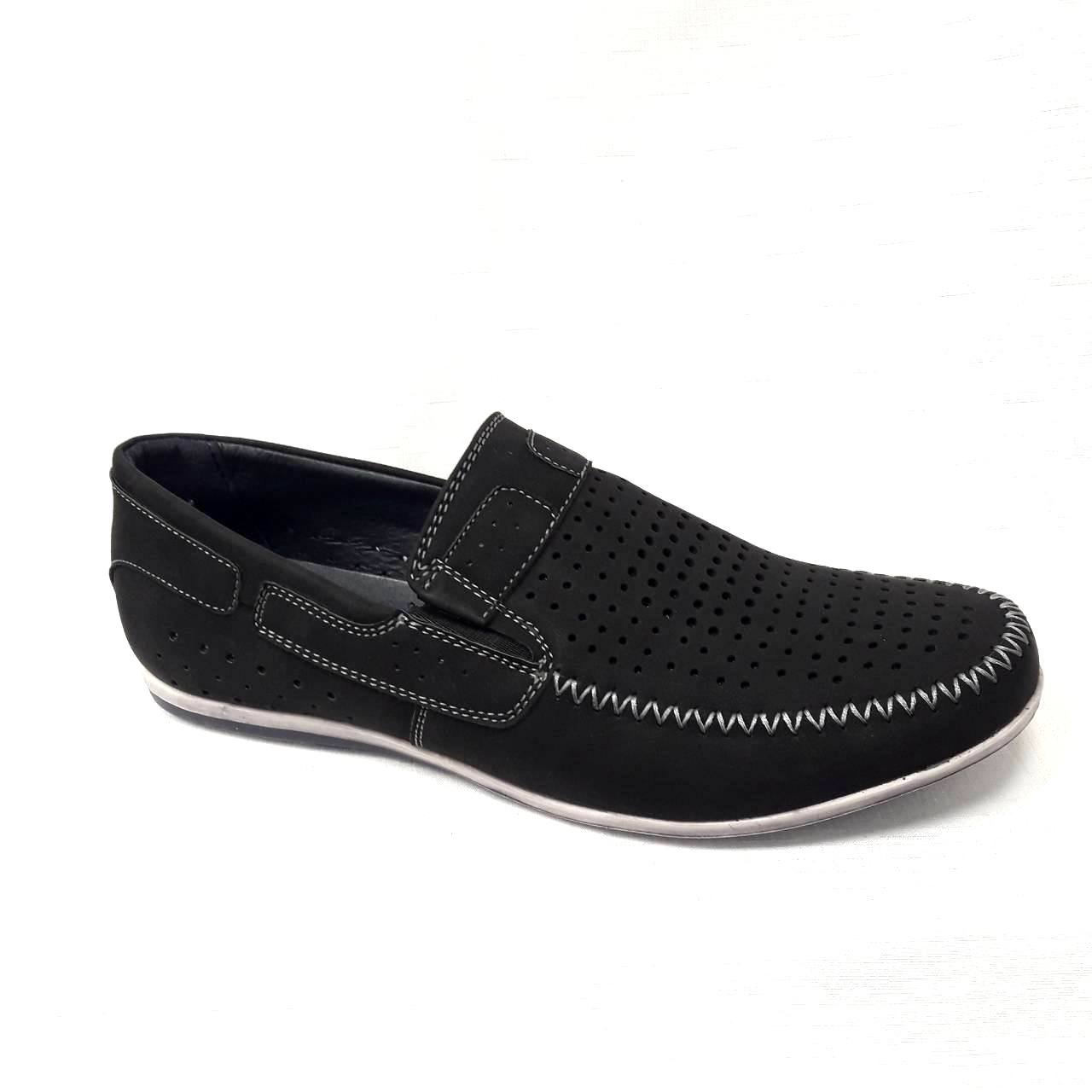 Черни мъжки кожени обувки на дупки.