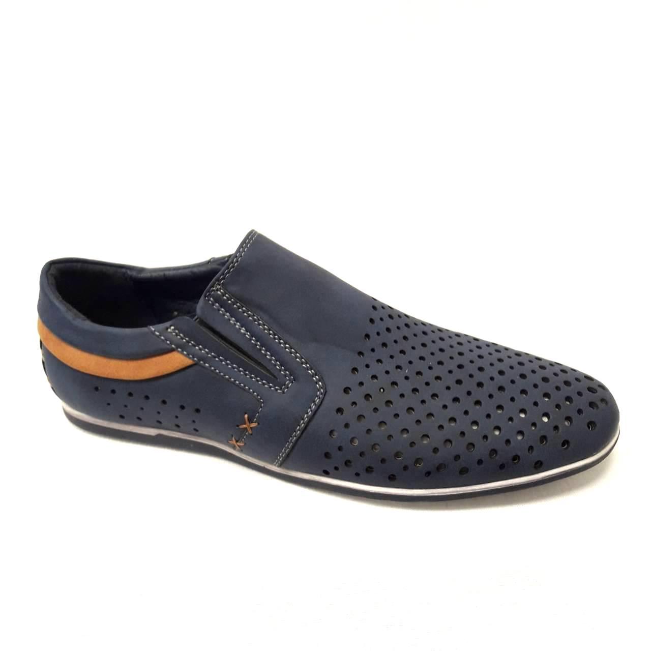 Тъмно сини мъжки кожени обувки на дупки.