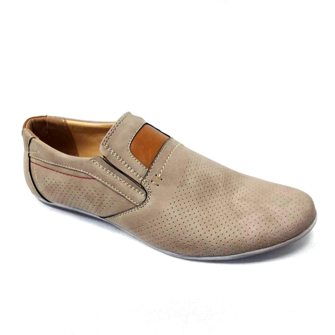 Бежови мъжки кожени обувки без връзки.