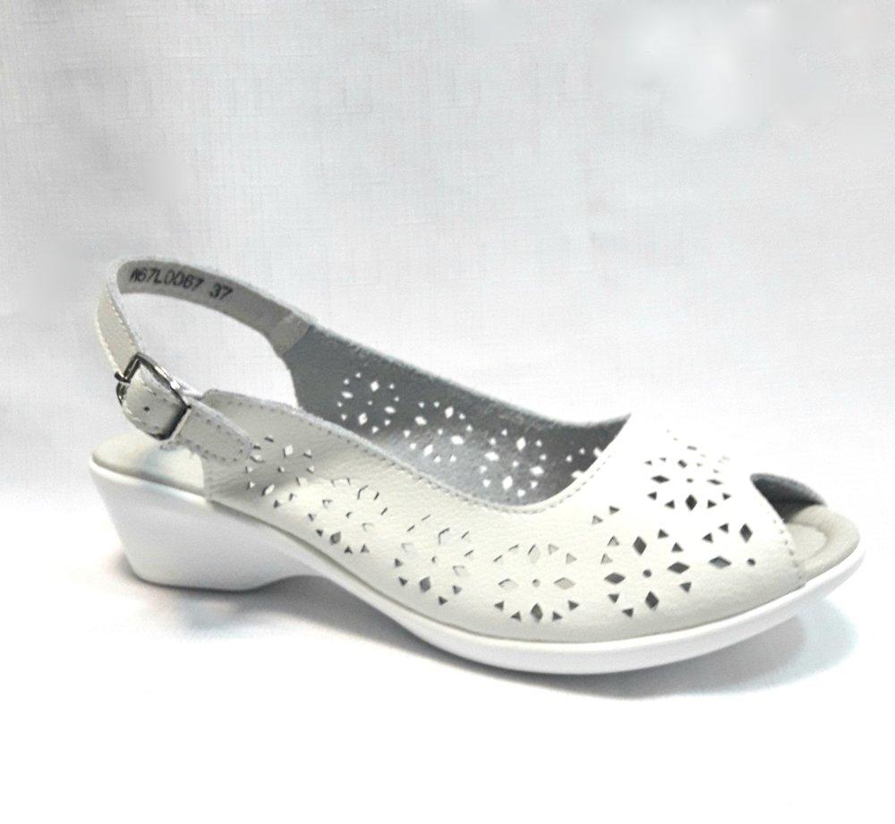 Бели дамски кожени сандали.