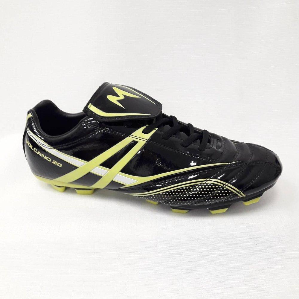 Черни лачени мъжки обувки за футбол.