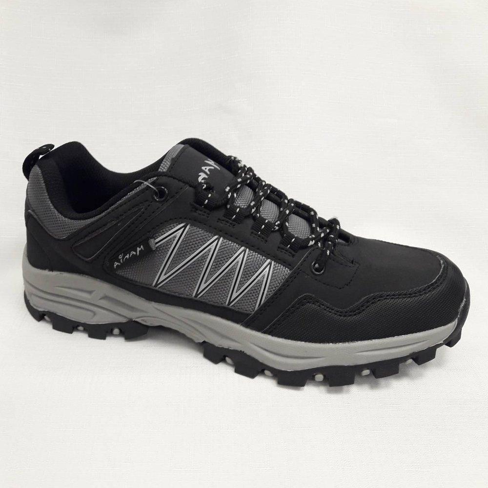 Черни юношески спортни обувки с грайфер.