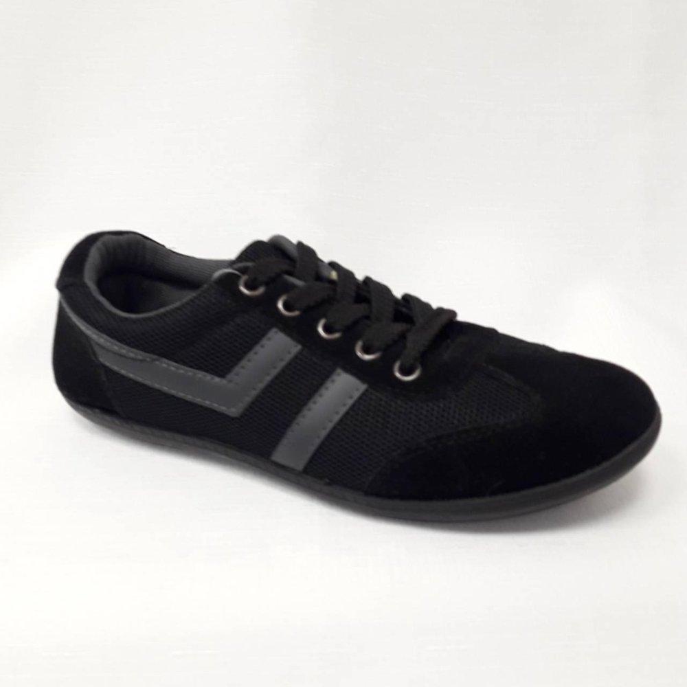 Черни юношески спортни обувки.