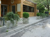 Саксии от бетон за пред хотели