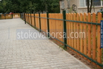 Изработка и монтаж на дървена ограда по поръчка за обществени градинки