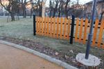 Изработка на огради от дървен материал за обществени градинки