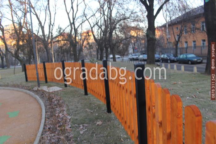 Изработка на дървени огради за обществени градинки