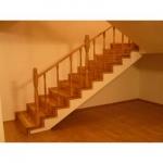 интериорна дървена стълба