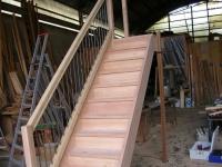 Дървени стълбища с метални перила