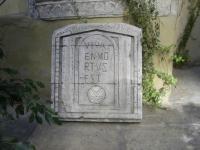 Изработка на надписи върху камък