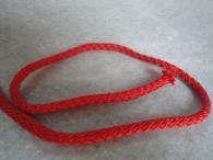 Червен шнур въже